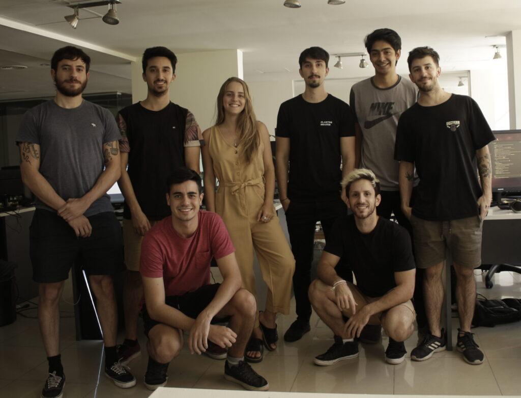 Foto do time Robi Studios no lançamento de Blue Fire. Seus fundadores são os irmãos Gabriel (agachado, à direita) e Santiago Rosa (em pé, à direita) (Imagem: Robi Studios)